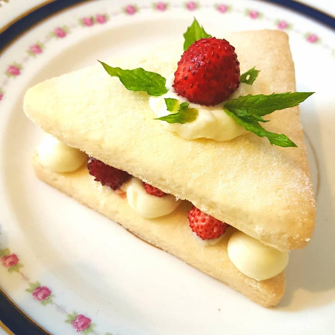 These delicious buttery glutenfree strawberry shortcakes are far too prettyhellip